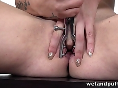 Red-haired minx toys her shaved pussy with speculum
